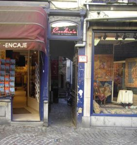 "You can see the door of the bar through the narrow purple entry to de Garre ""street"". From Wikimedia."